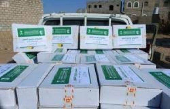 سلمان للإغاثة يوزع 25.5 ألف كرتون تمر للأسر النازحة في  أبين