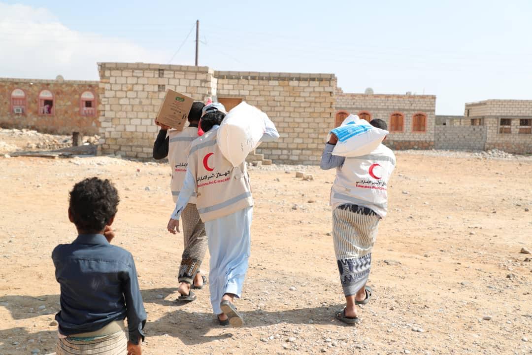 استمرار عملية توزيع المساعدات الغذائية على اهالي مديرية الشحر  بحضرموت