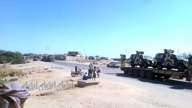 قوة عسكرية تبع التحالف العربي تمر بأحور متجهة صوب عدن