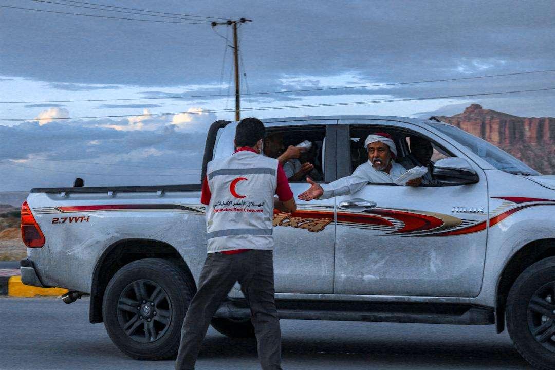 الهلال الأحمر الإماراتي يوزع 28 ألف وجبة إفطار صائم خلال النصف الأول من شهر رمضان في محافظة حضرموت وشبوة