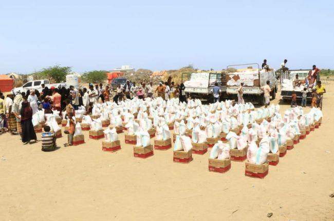 """بدعم الإمارات """"الهلال الأحمر"""" يواصل توزيع المساعدات لليوم الرابع على التوالي بالساحل الغربي"""