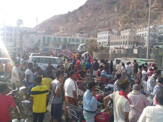 احتجاجات شعبية بالمكلا رفضاً لتواجد رئيس واعضاء مجلس النواب اليمني