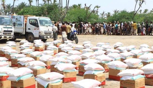لليوم الثالث على التوالي..هلال الامارات يوزع المساعدات الغذائية على متضرري السيول بـ الحديدة