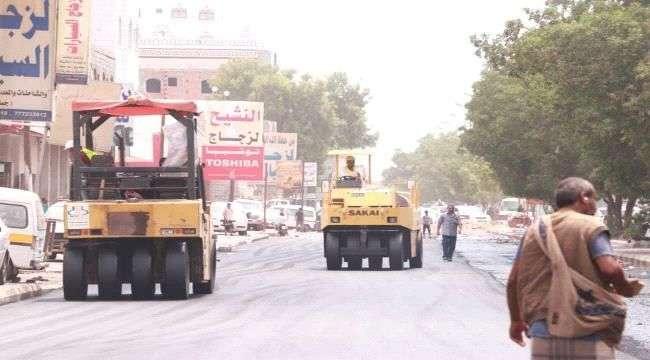 تواصل أعمال الصيانة والتأهيل لعدد من الطرق الرئيسية بمحافظة عدن